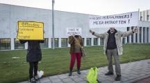 Badhoevedorp, 31 oktober 2016 - STRAFZAAK GEERT WILDERS. Peotest van burgers. Het Openbaar Ministerie (OM) is ontvankelijk in de strafvervolging van Geert Wilders, zo heeft de rechtbank in Den Haag geoordeeld op 14 oktober j.l. Op 31 oktober in het Justitieel Complex Schiphol het begin van de inhoudelijke behandeling van de strafzaak. Geert Wilders heeft vooraf gemeld daar niet bij aanwezig te zijn. Geert Wilders wordt verdacht van het zich beledigend uitlaten over een groep mensen op grond van hun ras en aanzetten tot discriminatie van en haat tegen mensen. Deze uitlatingen zouden zijn gedaan op 12 en 19 maart 2014. Foto Dingena Mol / Hollandse Hoogte